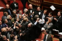 Parlamento Bloccato: Rissa in Aula video